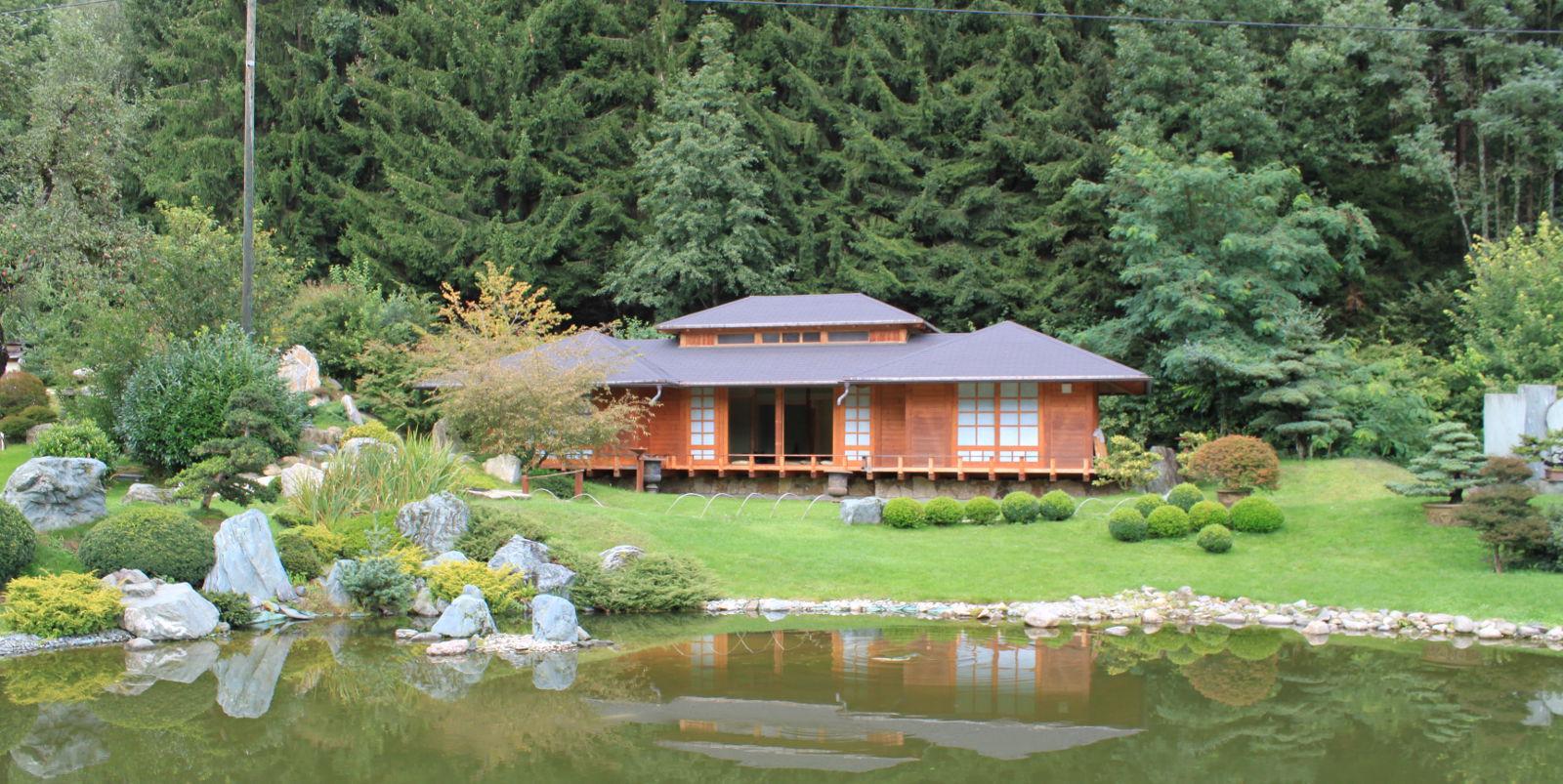 Budova postavená nad jazerom slúži na čajové obrady.